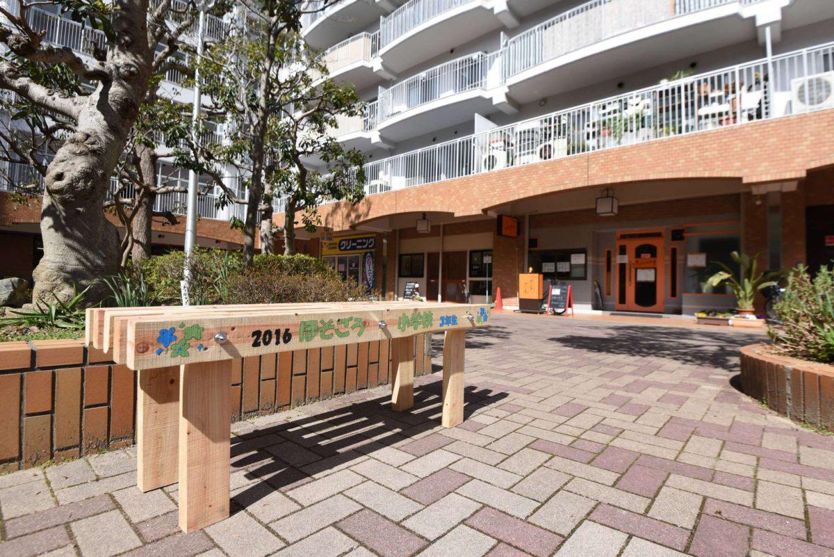 ほそごう学園3年生が間伐材から作ったベンチをまちに寄贈